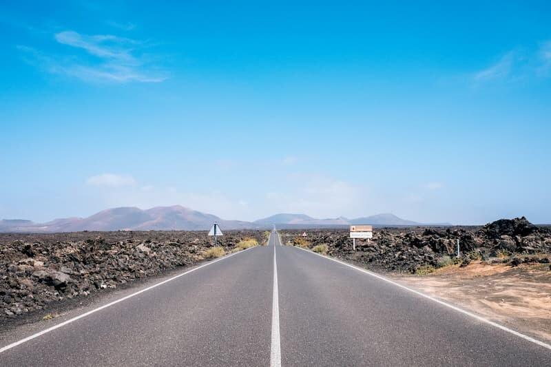 Media Pensión-Turismo en Lanzarote-Carretera con paisaje